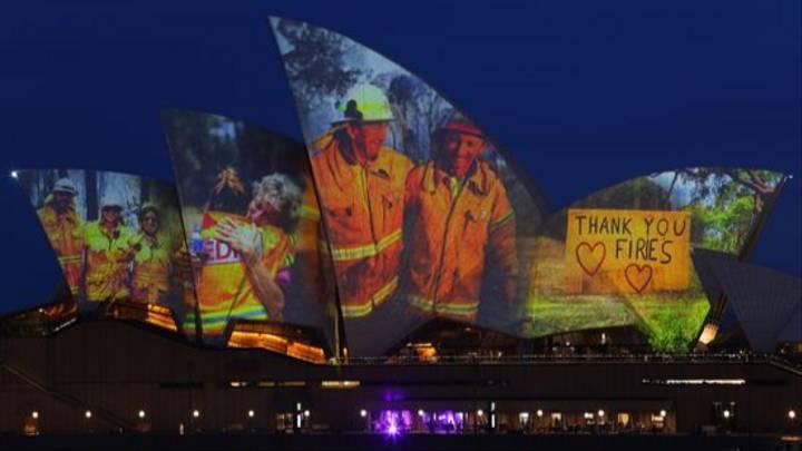As icônicas velas da Ópera de Sydney acenderam com imagens daqueles que combateram os incêndios - NATION